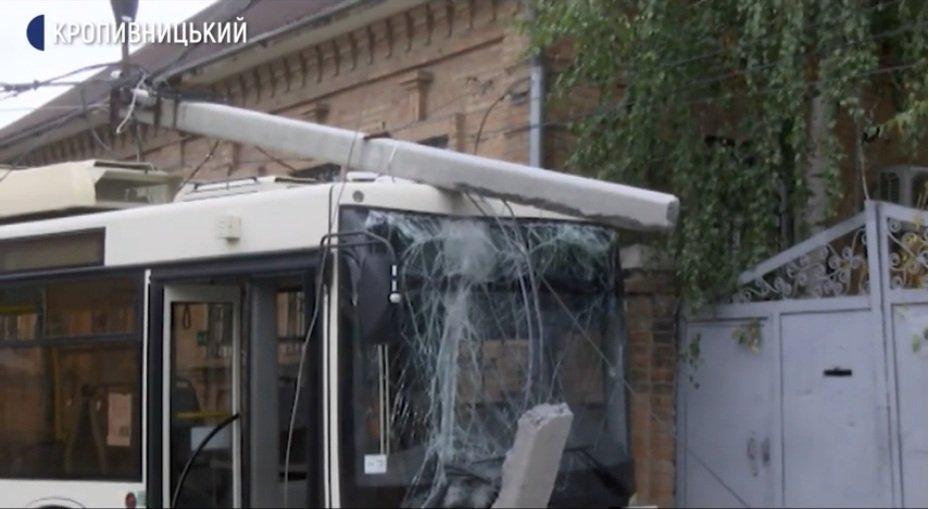Масштабное ДТП в центре Кропивницкого: огромная фура влетела в троллейбус с пассажирами
