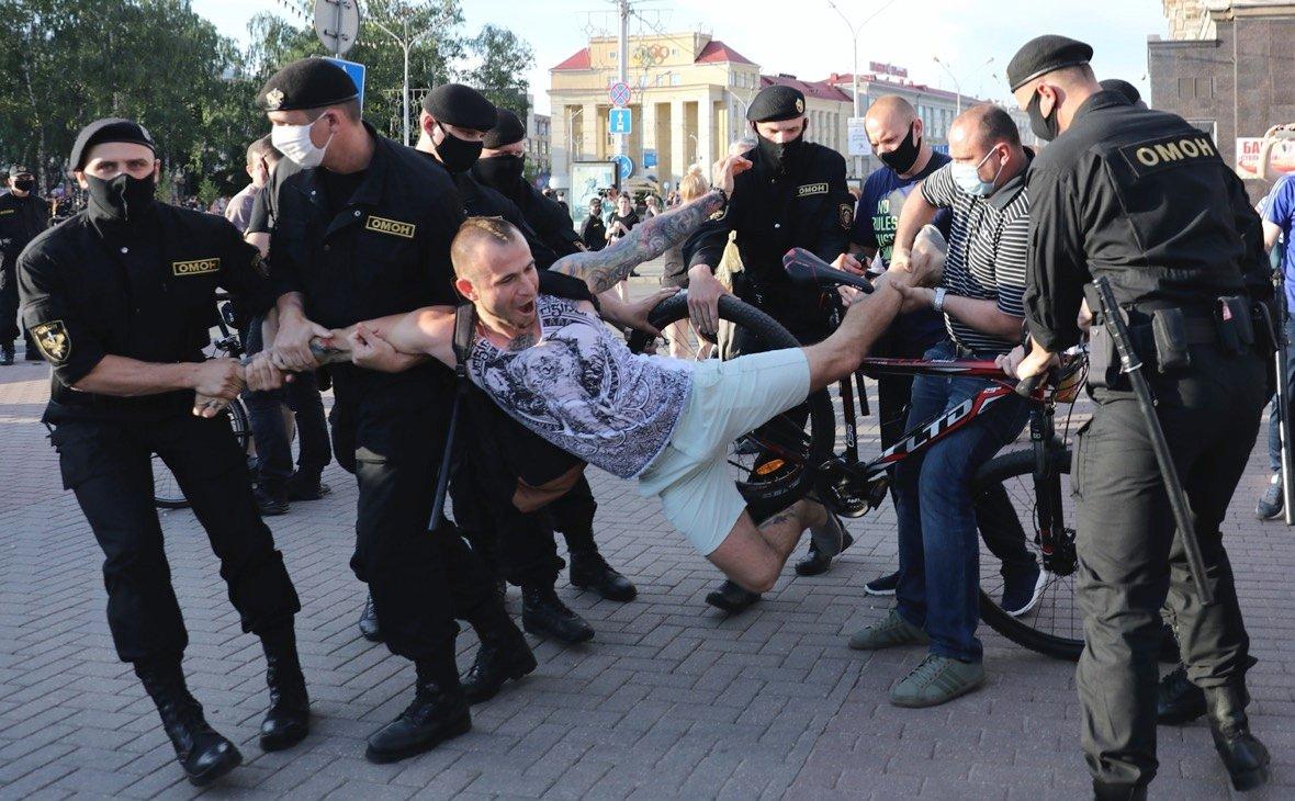 В Минске стали похищать людей на улицах: их увозят неизвестные в масках, - видео - today.ua