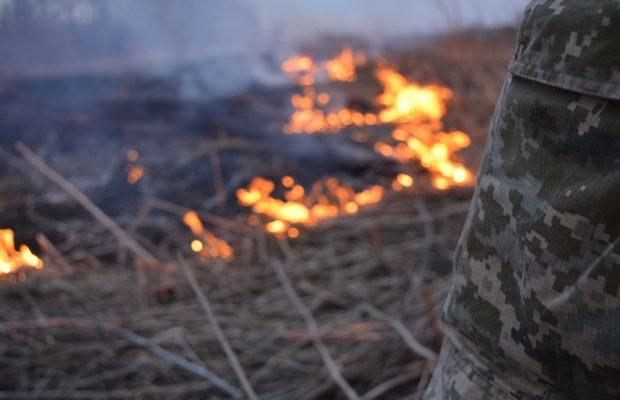 На Донбассе при тушении пожара загадочно исчезли два украинских бойца: что говорят в штабе ООС
