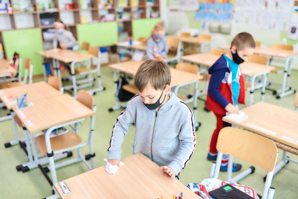 Школы в Украине массово закрываются на карантин: что известно