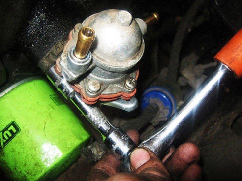 Чи потрібно при старті двигуна чекати, поки бензонасос накачає паливо?