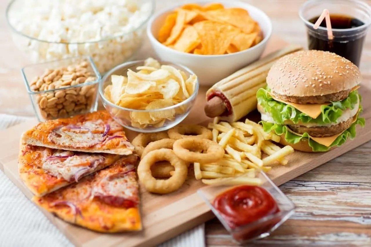 ТОП-5 продуктів харчування, від яких обличчя покривається прищами: зменшіть їх кількість на столі