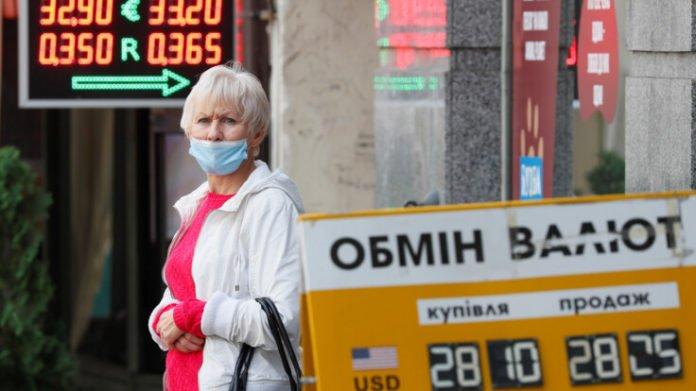 Доллар после выборов продолжает расти, евро резко просел: НБУ обновил курс валют