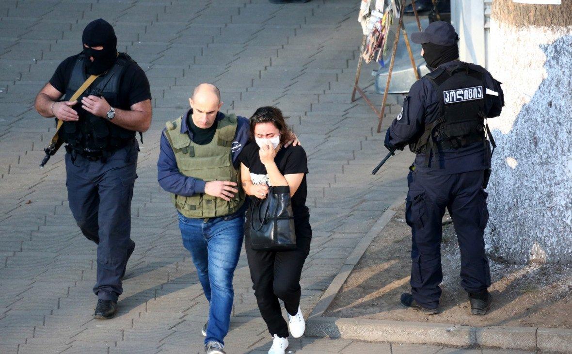 У Грузії силовики звільнили заручників із захопленого банку: озброєний грабіжник у розшуку
