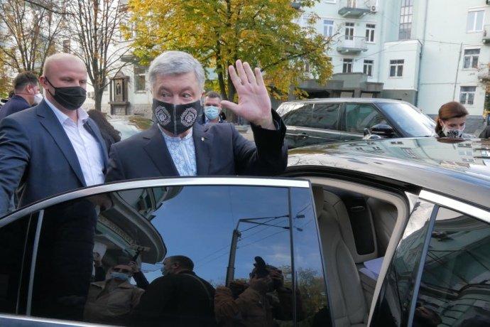 """Порошенко прийшов на вибори, але відмовився проходити опитування Зеленського: """"Цією дурницею зіпсували настрій"""""""