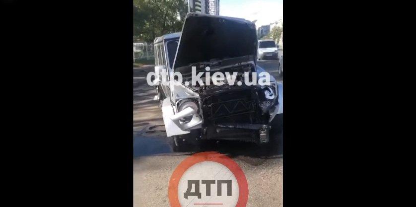 Масштабна ДТП в Києві: на столичній вулиці зіткнулися мікроавтобус і джип