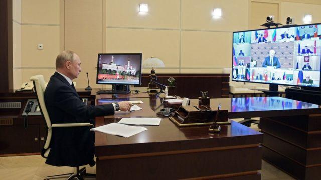 Путин и коронавирус: как 68-летнему российскому президенту удается избегать заражения