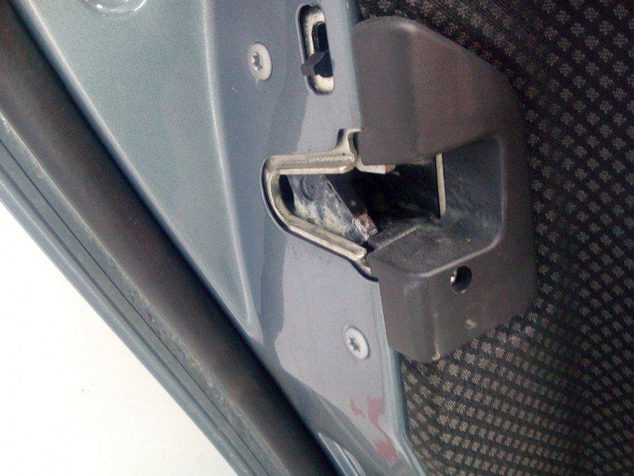 Навіщо потрібен потайний шпінгалет на задньому дверному замку машини?