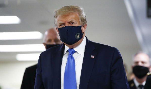 Хворий на коронавірус Трамп зліг у лікарню: президент США наляканий, але храбрує