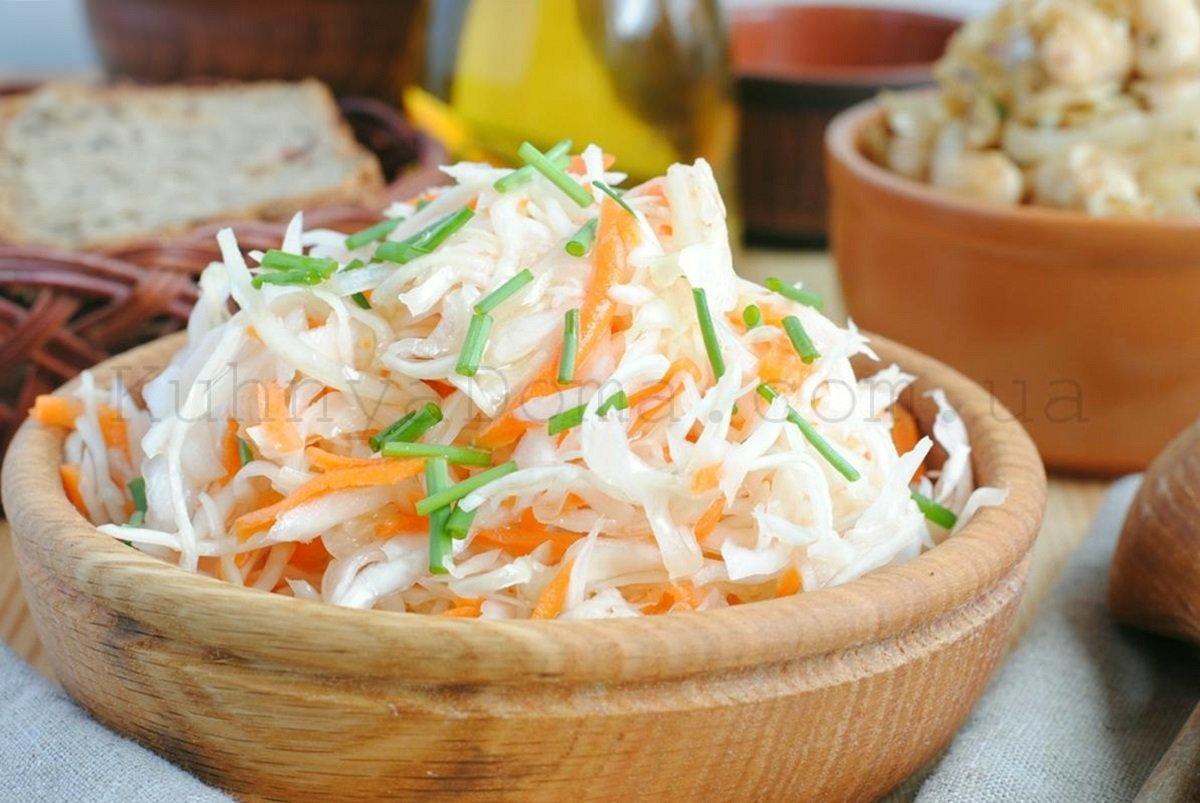 Хрустка квашена капуста: простий рецепт салату, який ніколи не темніє