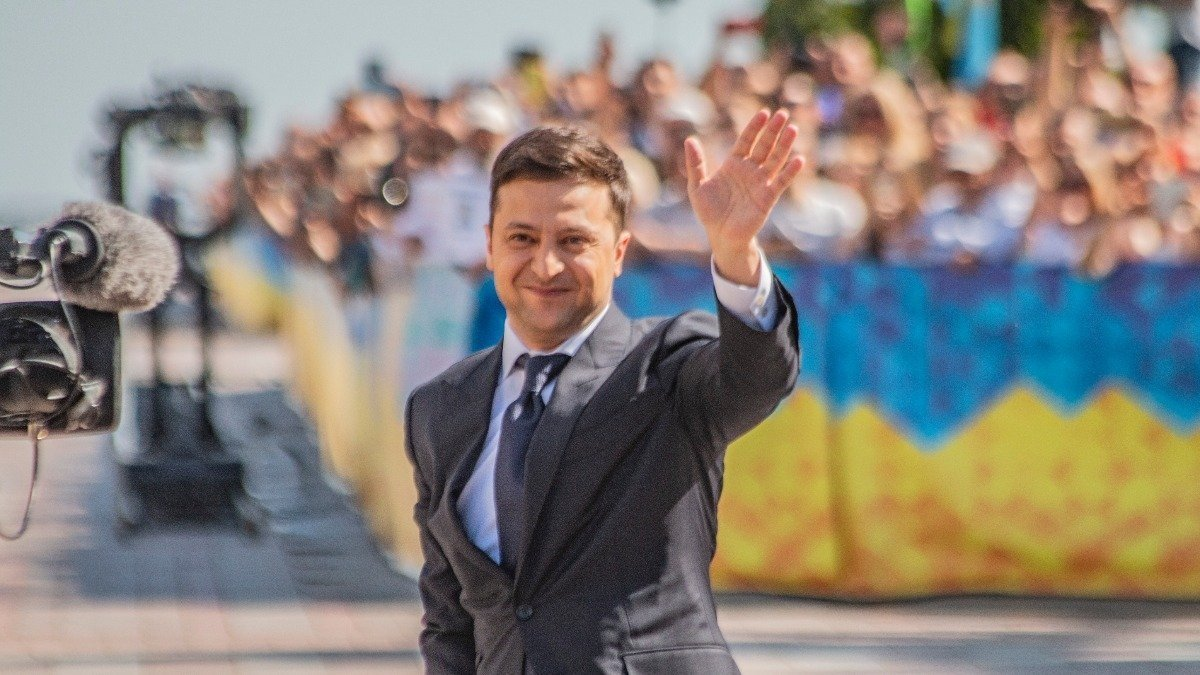 Зеленский пообещал украинцам по 8000 гривен помощи и освобождение от налогов