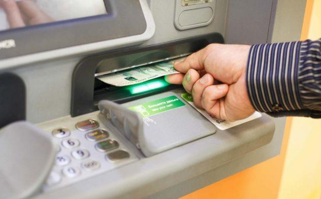 """""""Ощадбанк"""" блокирует пенсионные карты украинцев: как получить свои деньги"""