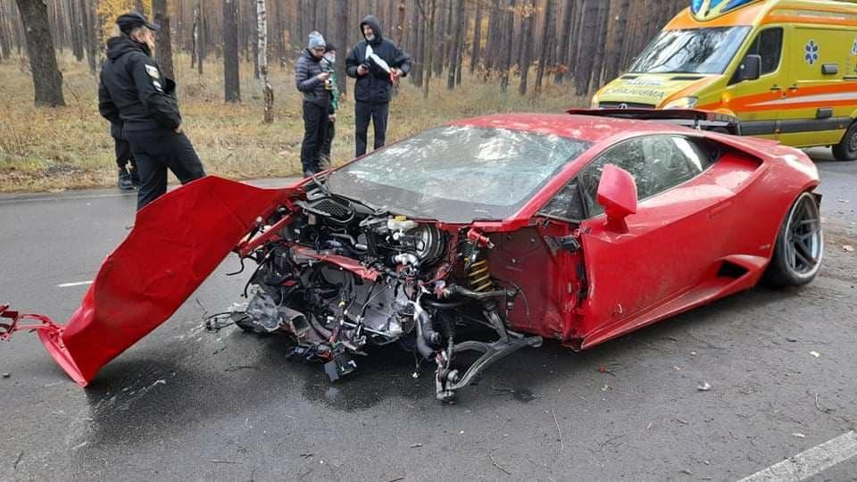 ДТП з елітним авто під Києвом: Lamborghini на швидкості в 200 кілометрів злетів з дороги