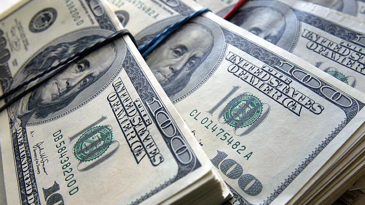 Курс долара впав нижче 27 гривень: українцям радять купувати валюту