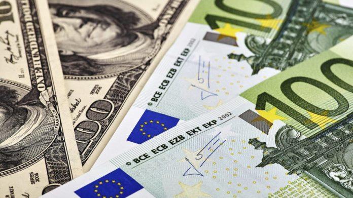 Курс долара в Україні: гривня знову пішла в наступ