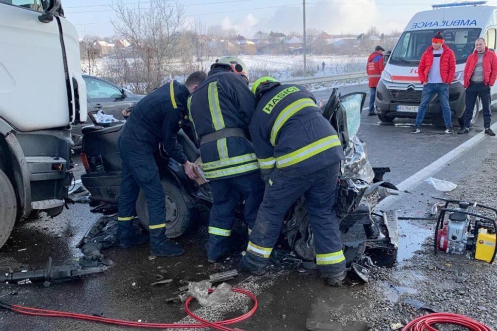 В ДТП на Закарпатье грузовик раздавил легковушку с пятью людьми