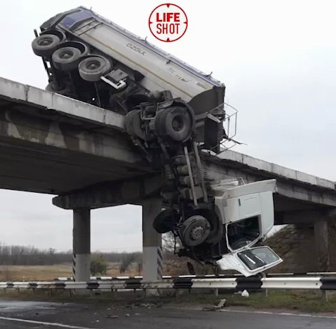 "ДТП под Мариуполем: падающая с моста фура зависла ""на волосинке"""