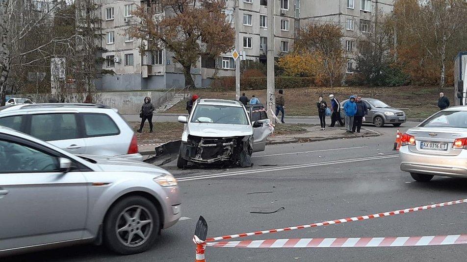 ДТП з багатьма потерпілими у Харкові: після зіткнення машина вилетіла на зупинку