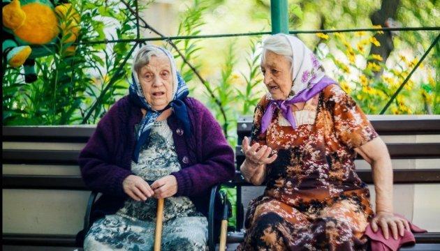 В Україні з сьогоднішнього дня пенсії зросли на 300 гривень: хто вже в цьому місяці отримає відчутну надбавку