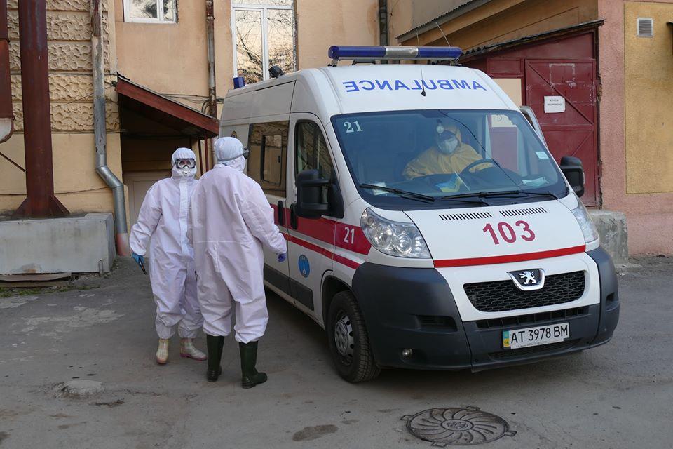 У Києві по місту мчать швидкі допомоги з мигалками і сиренами: жителі столиці налякані