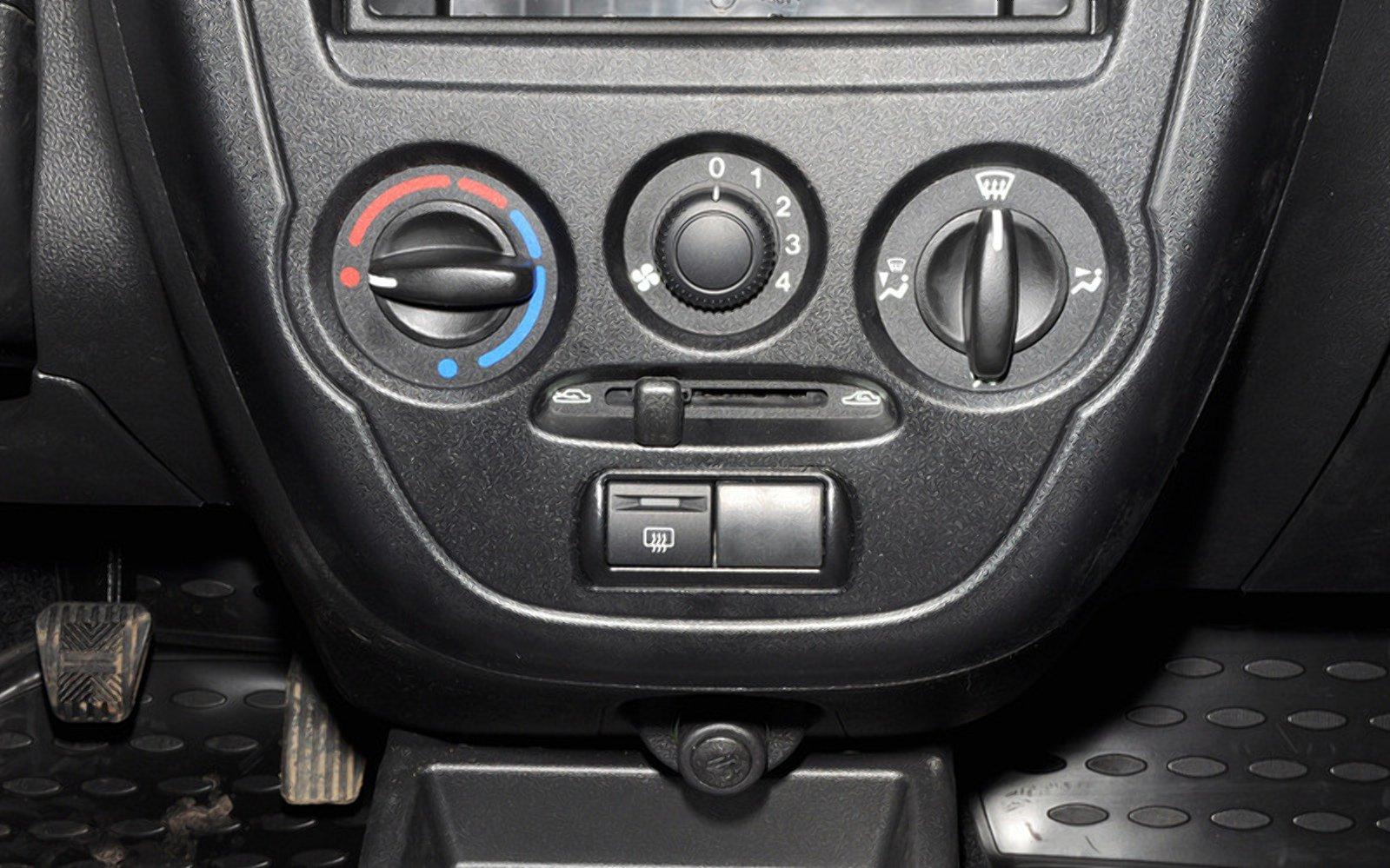 Чому запотіває скло в автомобілі, і як з цим боротися