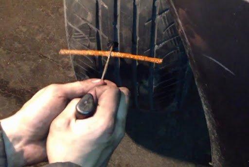 """Как самостоятельно отремонтировать проколотое колесо в дороге, если нет """"запаски"""""""