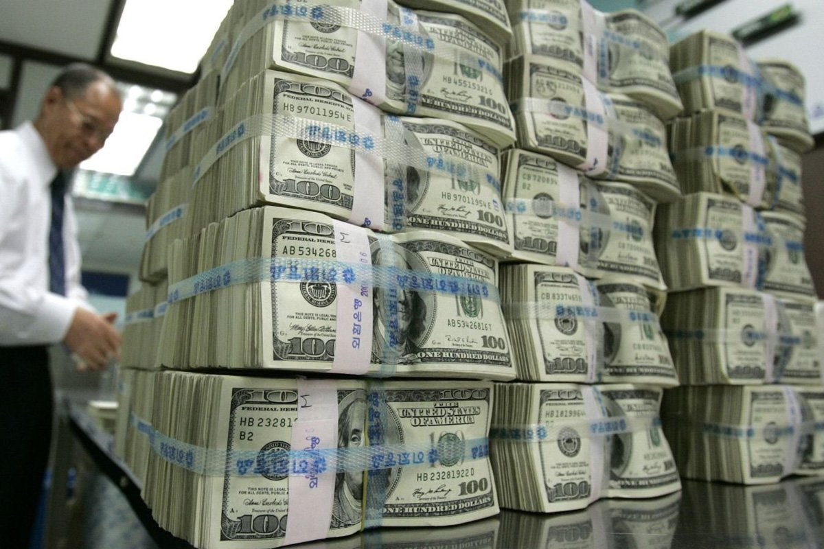 Як можна буде купити долари: в Україні змінюються правила продажу валюти
