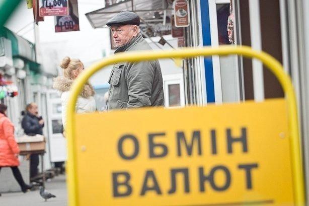 Долар і євро в Україні знову подорожчали: попит на валюту падає