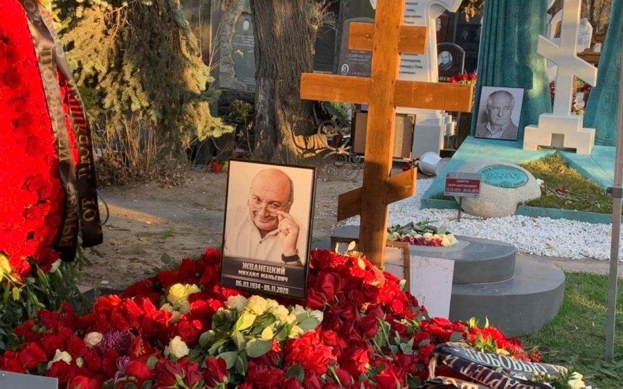 Посмертний прикол для гумориста: на могилі іудея Жванецького поставили православний хрест