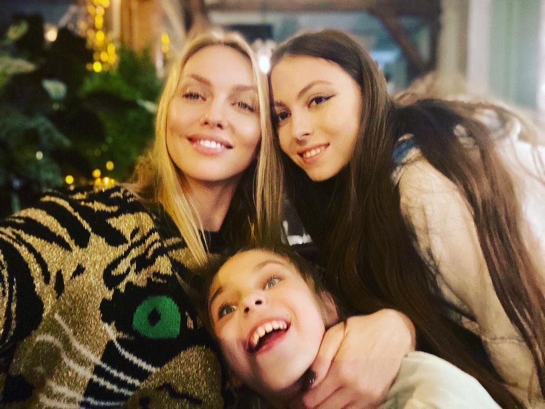 Оля Полякова розповіла про сучасні методи сексуального виховання своїх доньок