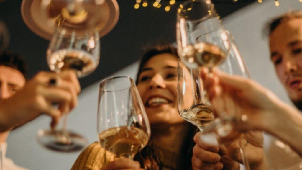 Медики розповіли, як у новорічну ніч пити алкоголь і не п'яніти