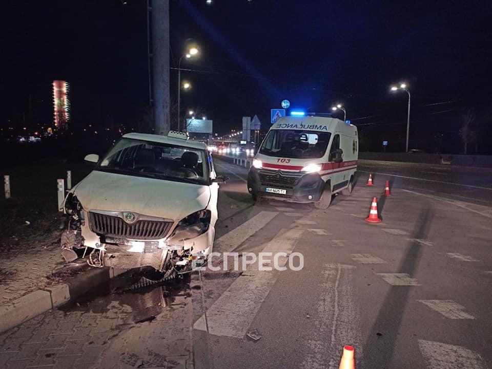 Вечірня ДТП в Києві: некероване таксі з мертвим водієм мчало, не розбираючи дороги