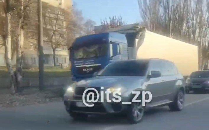 """ДТП з фурою в Запоріжжі: великогабаритна машина """"не вписалася"""" під міст"""