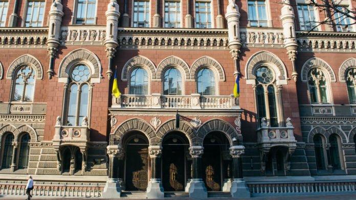 Доллар и евро в Украине подешевели: в НБУ не хотят печатать гривню