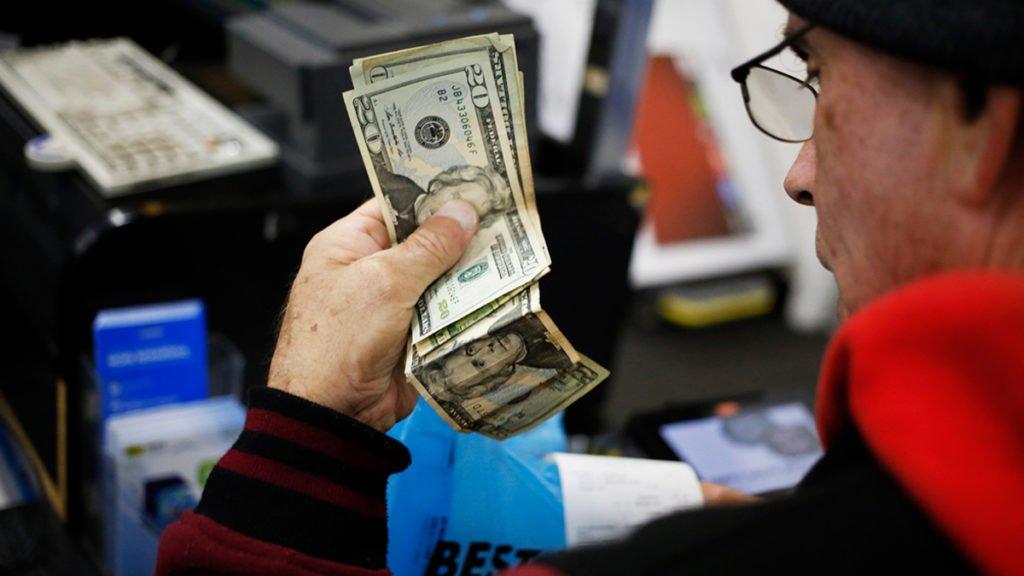 Курс долара в Україні: експерти порадили, коли краще купувати валюту