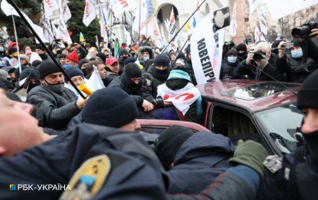 У Києві на Майдані сталися сутички ФОПів з поліцією: медики забирають потерпілих (оновлено)