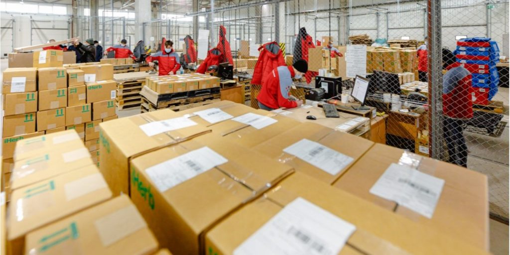 """""""Нова пошта"""" запрацювала за новими тарифами: що і на скільки подорожчало"""