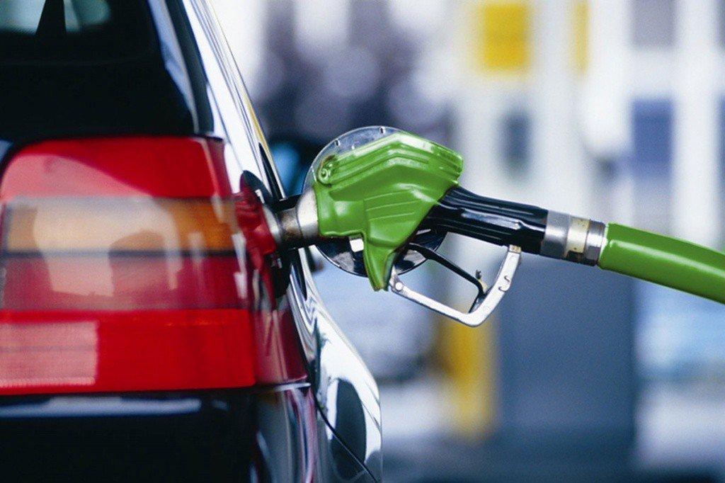 В Україні різко подорожчало автомобільне паливо: деякі АЗС підвищили ціну на гривню