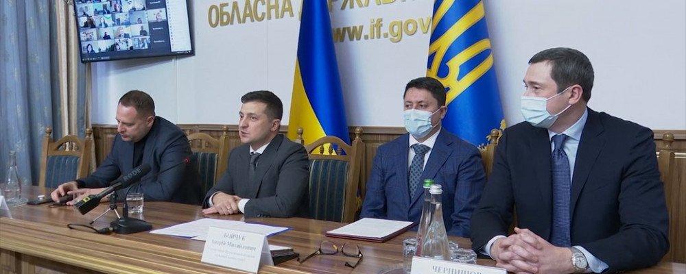 Зеленський в Івано-Франківську вирішив обійтися без місцевих журналістів: у відповідь ЗМІ вийшли з білими смугами