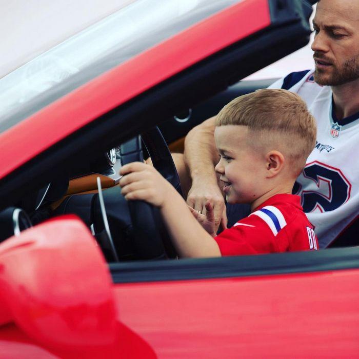 Влад Яма усадил 5-летнего сына за руль роскошного авто
