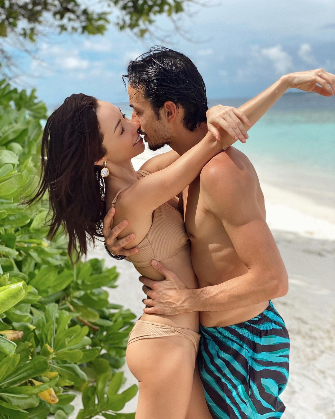 Дюймовочка с формами: Екатерина Кухар в купальнике нежится на пляже