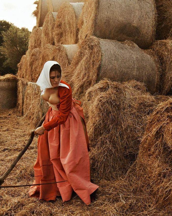 Модель Эшли Грэм предстала в провокационном образе на сеновале