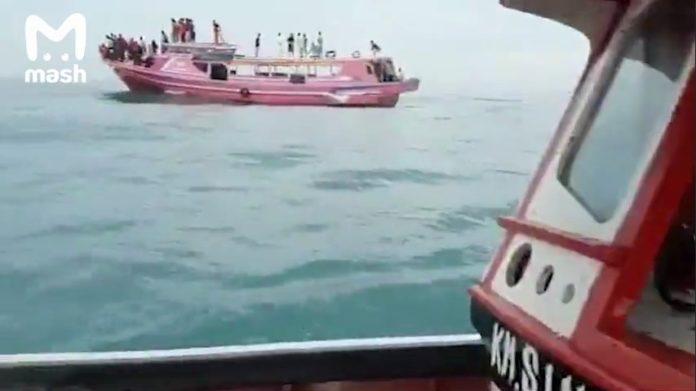 """Крушение пассажирского """"Боинга"""" у берегов Индонезии: на борту самолета было 59 человек"""