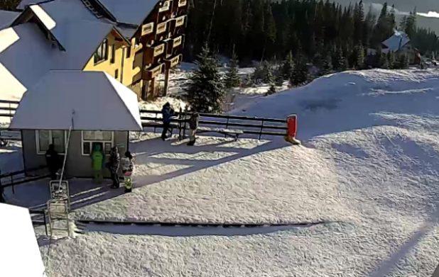 Карпати засипало снігом у розпал приїзду туристів: вражаючі фото