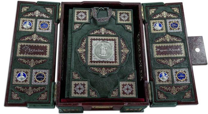 """""""Слуги народу"""" подарували Зеленському на день народження книгу за ціною місячної зарплати"""