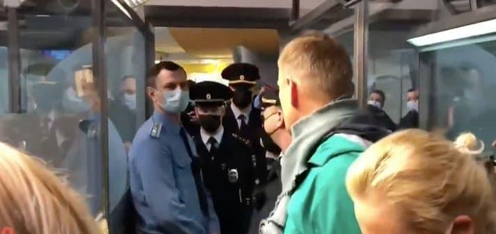 У Москві приземлився пасажирський борт з Олексієм Навальним: політика затримали