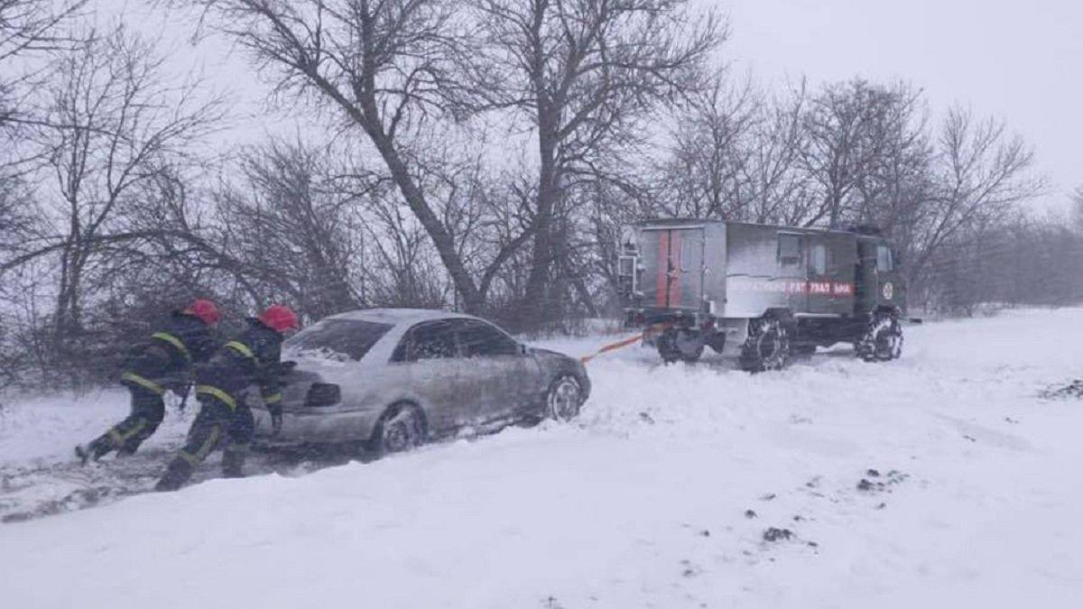 В Україні вирує негода: населені пункти залишилися без електрики, а дороги замітає снігом