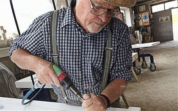 Украинцам с большим стажем в этом году дважды повысят прибавки к пенсиям