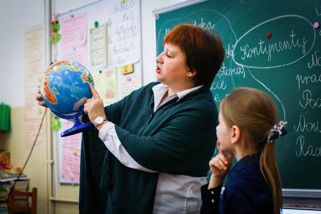Учителям в Україні пообіцяли вдруге за рік підняти зарплати
