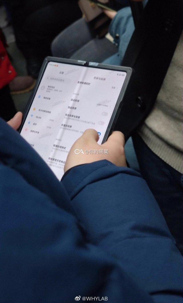 Гибкий смартфон - уже не миф: в метро заметили такой Xiaomi